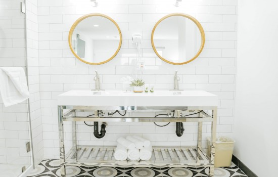 Welcome To The Belmont Shore Inn - Vanity Area