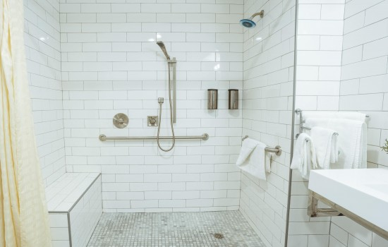 Welcome To The Belmont Shore Inn - Accessible Shower